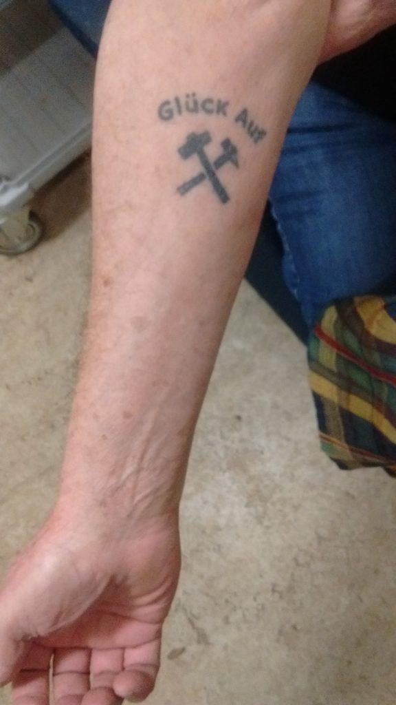 Een oud-koempel heeft het verleden op zijn arm laten tatoeëren.