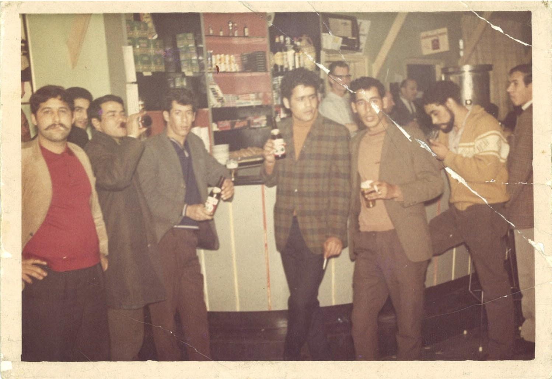 Marokkanse jongens aan de bar bij gezellenhuis De Hem